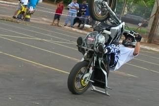 Manobras com a moto - O Wheeling é um esporte radical e tem feito a cabeça de uma galera,em Lins.
