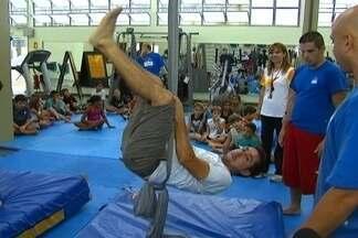 Picadeiro - Fela volta a ser criança em uma aula de circo!