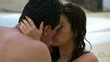 Salve Jorge - Capítulo de sexta-feira, dia 15/02/2013, na íntegra - Théo e Márcia se beijam