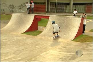 Novo espaço dedicado a prática de skate faz sucesso em Mogi das Cruzes - Numa área de 1500 metros quadrados no mogilar, a pista tem obstáculos que se parecem até com os que são encontrados nas ruas