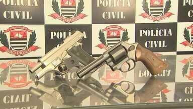 Suspeito de matar homem com oito tiros é preso em Ribeirão Preto, SP - Homem de 21 anos se entregou à polícia levando armas usadas no crime.