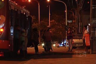 Passageiros ficam desprotegidos em diversos pontos de parada na capital - Em alguns locais, os abrigos estão danificados pela falta de manutenção ou pela ação de vândalos.
