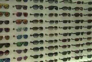 Óculos escuros ajudam a aliviar o desconforto da claridade nos olhos; veja como escolher - Muita gente escolhe os modelos pela beleza, mas esquece da proteção da lente.