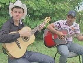 Dupla de Ji-Paraná promete fazer sucesso com moda de viola em Rondônia - Weliton e Alison resgatam o gosto pela música caipira e pretendem cantar para milhares de pessoas no futuro.