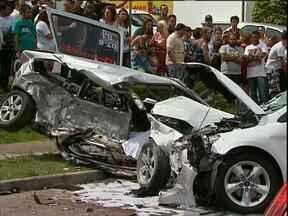 Acidente em Curitiba no começo da tarde em Curitiba deixa dois mortos - O acidente foi na Vila Fany. As duas pessoas que morreram estavam no mesmo carro.
