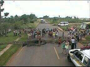 Moradores protestam e fecham o Contorno Leste em Ponta Grossa - Eles queimaram pneus e reclamaram do abandono do núcleo Recanto Verde, na região de Uvaranas.