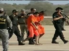 Santa Catarina inicia operação para conter onda de violência - A operação começou na noite de sexta-feira (15), poucas horas depois do desembarque da Força Nacional em Florianópolis. Quarenta presos foram transferidos para presídios nacionais.