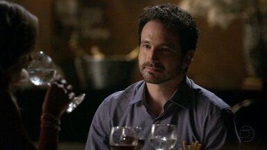 Celso fala mal de Antonia para Érica - Ele lembra seu relacionamento e se diz aliviado por ter conseguido o divórcio