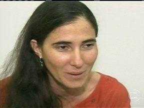 Yoani Sánchez chega ao Brasil em meio a hostilidades - A blogueira desembarcou no Recife. Ela foi recebida por amigos e também por um pequeno grupo de manifestantes, contrários a presença dela no Brasil. Yoani reagiu com naturalidade, mas a exibição de um documentário foi adiada.
