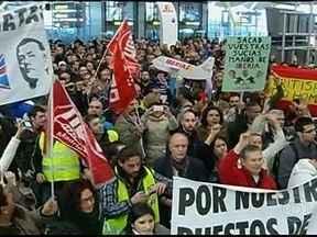 Funcionários de companhia aérea fazem greve na Espanha - Eles protestam contra a demissão de funcionários da Ibéria. A polícia calcula que 8 mil trabalhadores participaram da manifestação no Aeroporto de Madri. Segundo os sindicatos, a adesão à paralisação é total.