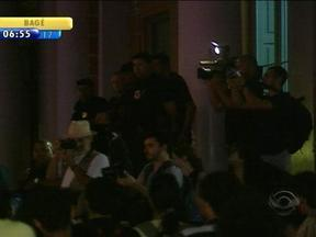Estudantes protestam contra o possível aumento da passagem de ônibus de Porto Alegre - Centenas de pessoas se manifestaram em frente à prefeitura de Porto Alegre.