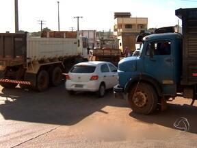 Caminhões complicam o trânsito nas ruas de Cuiabá - Desde o ano passado, existe uma lei municipal que proíbe veículos com carga acima de dez toneladas trafegue por certas áreas da cidade e fora de horários determinados. Nas só agora passou a ser aplicada com multa de 50 reais por tonelada.