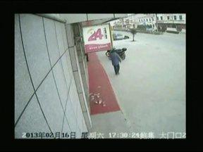 Vento espalha dinheiro e chinês quase perde R$ 6.200 - Ele colocou o dinheiro no bolso, mas o dinheiro caiu assim que ele saiu da agência. Quando percebeu, o vento já tinha espalhado as notas. As pessoas o ajudaram a recolher o dinheiro e devolveram tudo.