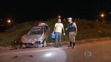 Carro capota após batida no Anel Rodoviário, em Belo Horizonte - Segundo a polícia, os motoristas não se feriram com gravidade.