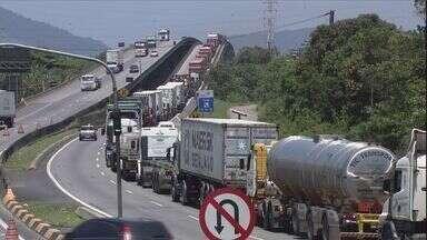 Motoristas enfrentam congestionamento na Rodovia Cônego Domênico Rangoni - Os motoristas que pegaram a Rodovia Cônego Domênico Rangoni precisaram de paciência nesta quarta-feira (20). Os transtornos foram causados pelo excesso de caminhões.