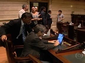 Vereadores voltam ao trabalho e recebem tablets na Câmara Municipal do RJ - Os vereadores voltaram ao trabalho com uma novidade tecnológica na Câmara Municipal do Rio de Janeiro. Os vereadores receberam tablets para votações nas sessões da Câmara.
