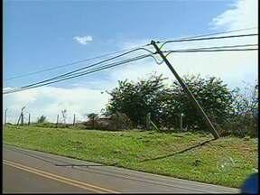 Postes de energia correm risco de cair em Botucatu, SP - A situação dos postes de energia e de telefonia está dando dor de cabeça aos moradores em Botucatu, SP. Alguns estão presos apenas pelos fios e podem cair a qualquer momento.