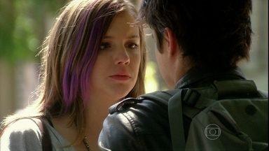 Lia diz que beijou Vitor por impulso - Ela afirma que ficou preocupada com o rapaz e ele a convida para um passeio