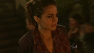 Morena foge durante a confusão causada por uma explosão - Russo tenta se proteger. Zyah corre para tentar ajudar