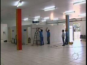 Creches de Maringá funcionam em barracão improvisado - Secretaria Municipal de Educação informou que situação deve melhorar com o fim das reformas, previstas para o fim deste ano