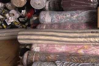Polícia descobre galpão que armazenava tecidos roubados, em Aparecida de Goiânia - No local, a Polícia Civil encontrou centenas de rolos com tecidos roubados.