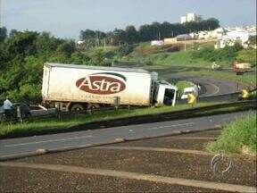 Telespectador registra acidente entre dois caminhões na BR-369 na entrada de Cambé - O acidente aconteceu por volta das 5h da manhã de hoje (22) e deixou o trânsito complicado no local.