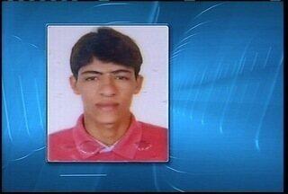 Adolescente de 17 anos morre em um acidente de moto nesta sexta-feira (22) - O jovem avançou o sinal vermelho e caiu debaixo do caminhão.