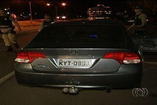 Agente de trânsito é preso dirigindo carro roubado em Goiás - Durante uma operação da Polícia Rodoviária Federal, em Anápolis, um agente de trânsito foi preso dirigindo um veículo roubado.