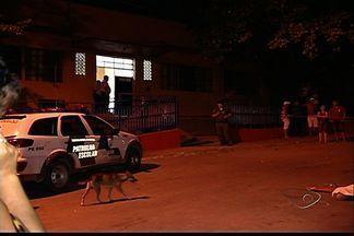 Após morte de dois jovens, escola tem aula normal no ES - Adolescentes morreram na porta de escola em Cariacica.Crime aconteceu no bairro São João Batista, nesta quinta-feira (21).