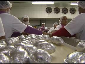 Empresas contratam mais funcionários com a proximidade da Páscoa - Fábricas de chocolate intensificam produção para data comemorativa