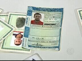Dois suspeitos de estelionato são presos em Uberlândia, MG - PM disse que eles tentavam fazer empréstimo com documentos falsos. Pena dos suspeitos pode ser de um a cinco anos de prisão.