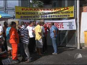 Protesto bloqueia entrada de caminhões no porto de Salvador - Desde a manhã desta sexta-feira, o acesso ao local está fechado por manifestantes. Fila de caminhões se estende pela Avenida da França.