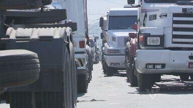 Trânsito de caminhões congestiona rodovia Cônego Domênico Rangoni - O trânsito de caminhões congestionou rodovia Cônego Domênico Rangoni, nesta sexta-feira (22). A Ecovias, concessionária que administra a estrada, orientou os motoristas a seguir pela balsa e evitar a rodovia.