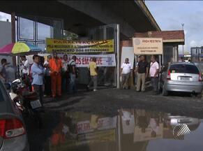 Funcionários portuários e da Petrobras fazem protesto nesta sexta, em Salvador - Paralisação das atividades no porto atrasou em seis horas o desembarque de uma carga de trigo. Vinte caminhões também ficaram parados.