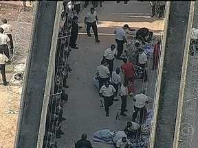Rebelião termina e reféns são libertados em penitenciária de Contagem (MG) - Os dois reféns foram libertados. Os presos receberam a promessa de que não serão transferidos e as visitas das mulheres grávidas deixarão de ser monitoradas. Elas eram acompanhadas por uma assistente social.