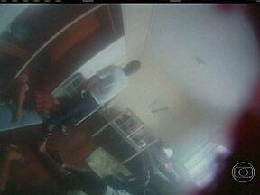 Doentes são amontoados em corredores de centro psiquiátrico no Rio - Pacientes que deveriam receber tratamento psiquiátrico estão amontoados nos corredores da unidade de saúde. As poucas camas de solteiros e colchonetes são divididos.
