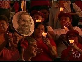 Representantes do governo da Venezuela dão versões controversas sobre saúde de Chávez - Em Caracas, milhares de pessoas estão em vigília e índios fazem rituais pela recuperação de Hugo Chávez. O ministro das Comunicações disse que o tratamento não vem surtindo resultados. O vice-presidente, nega.
