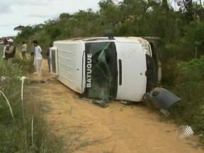 Uma pessoa morre e 17 ficam feridas em acidente no sudoeste baiano - O motorista de uma van, que teria causado o acidente, fugiu do local.