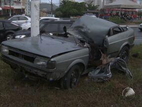 Cinco pessoas ficam feridas em acidente na Avenida Paralela - De acordo com testemunhas, o veículo onde as vítinas estavam vinha em alta velocidade, quando bateu em um poste.