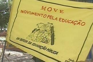 Professores da UEPB fizeram um protesto no centro de Campina Grande - Os professores da UEPB não estão dando aulas e reivindicam reajuste salarial.