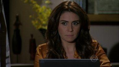 Helô recebe foto da boate onde Morena estava presa - Stenio se recusa a fornecer o endereço de Wanda para a ex-mulher
