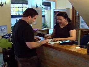 Cresce número de estrangeiros no Brasil e empresários investem no mercado de turismo - Em São Paulo, para atender os visitantes, pequenas empresas criam roteiros especiais e tour personalizado. Empresários investem em modelos de hospedagem atraentes para receber mais clientes.