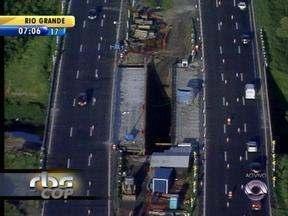 Freeway fica bloqueada devido a obras de concretagem de ponte - Local está sinalizado.