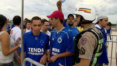 Torcedores enfrentam confunsão para comprar ingressos no Mineirão, em BH - Jogo foi entre Cruzeiro e Tombense.