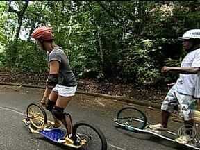 Conheça o dirtsurf, novo esporte que já ganha adeptos no Rio de Janeiro - Também útil como meio de transporte, mistura entre skate, bicicleta e surfe surgiu na Austrália.