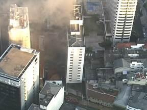 Incêndio atinge restaurante na Vila Mariana - Um incêndio atinge um restaurante na Vila Mariana, na Zona Sul de São Paulo. Ainda não se sabe como o fogo começou. O Corpo de Bombeiros já está no local.