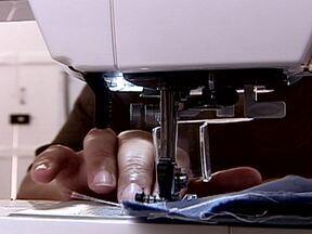 Mulheres redescobrem a costura como ofício - Houve uma época em que era comum as mulheres fazerem curso de costura para fazer consertos nas próprias roupas. Hoje, muitas estão redescobrindo esse aprendizado como forma de garantir um dinheiro no final do mês.
