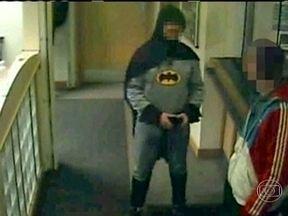 Justiceiro vestido de Batman entrega bandido à polícia na Inglaterra - Na delegacia da cidade de Bradford, um homem vestido como o Homem-Morcego entregou um suspeito de roubo. Depois, seguiu a cartilha dos super-heróis e sumiu no meio da noite, sem se identificar.