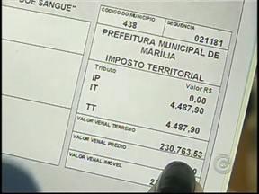 Moradores de Marília fazem protesto contra o reajuste do IPTU - O reajuste do IPTU em Marília continua rendendo polêmica. Nesta terça-feira, um grupo de contribuintes saiu às ruas para protestar contra o aumento do imposto, que passa dos 2000% em alguns casos.