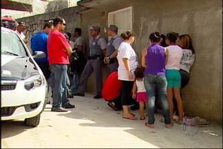 Mulher é morta com faca em Mogi das Cruzes - Um homem é suspeito de matar a esposa com uma facada na manhã desta sexta-feira (8), em Mogi das Cruzes. O crime aconteceu após uma briga do casal e os vizinhos chamaram a polícia.